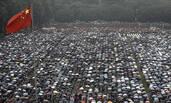 武汉:万名大学生雨中毕业
