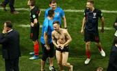 克罗地亚绝杀英格兰 球员换球衣被扒光