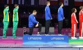 美国运动员领奖时突然下跪