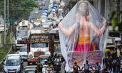 印度:7米高神像被堵桥下