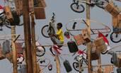 印尼民众爬杆子抢奖品