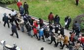 传销分子围攻物业打伤警察 200人被抓