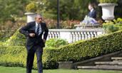奥巴马一路小跑与英国消防员握手