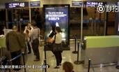 机场女地勤遭女乘客泼饭羞辱