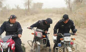 """一组""""土得掉渣""""的新疆警察照片"""