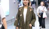 杨紫潮装现身机场与助理谈笑风生 为粉丝签名超nice