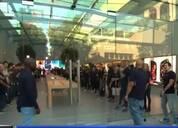 库克现身苹果零售店欢迎首批顾客:现场掌声雷动