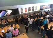 新iPhone苹果店无现货卖,门口黄牛组团叫卖,隔壁小店卖1万5