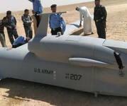 """美军一架""""灰鹰""""无人机在伊拉克坠毁 民众争相合影"""