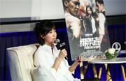 被众多70后、80后观众奉为文艺女神的徐静蕾又一次以导演的身份回归大银幕,选择警匪悬疑片《绑架者》。