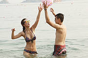TVB女主播穿比基尼海中打球