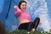 李晨范冰冰合体玩冲浪露肚腩