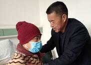 """老汉辞职替儿照顾重病岳父 被赞""""中国最美亲家"""""""