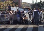 视频:双宋婚礼现场已搭起围栏 大批群众等候围观