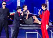 视频:王嘉尔绅士手遮住卢靖姗大腿 裙子太短险走光