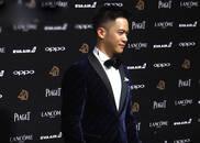 视频:李安儿子李淳亮相金马奖红毯 蓝丝绒西装帅气有型