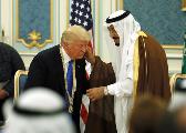 特朗普向沙特国王行屈膝礼?支持者:总统太高