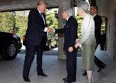 特朗普会见日本天皇夫妇不鞠躬 握手点头拍手臂