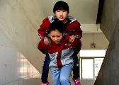 """泰和""""轮椅女孩""""获全校关爱 同桌每天背她上下楼"""