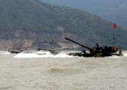 陆军第74集团军某旅在南海展开两栖装甲车海训