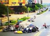 泰和一三轮车马路中间侧翻 众人抬车救人