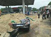 宜春一大货车侧翻秒埋小车 众人拼命刨沙救人