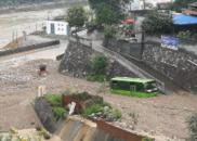 陕西大暴雨上万人连夜转移 村民称站在雨里呼吸困难