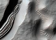 NASA公布火星怪诞照:陨石坑形似细菌