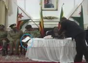 穆加贝演讲前 国防军司令顺手拿走讲稿丢在地上