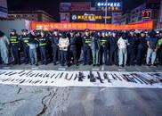 广西南宁展示打黑除恶成果 地上摆满枪支、刀具
