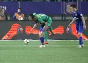 中超标王踢急了!肘击抱摔无所不用 进球后如释重负