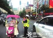 2岁女童街头迷路 执勤交警抱起娃指挥交通