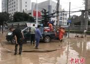 """兰州遭强降水袭击内涝严重 车辆漂浮如""""水中行舟"""""""