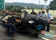 沪昆高速翻车事故5人伤 三位铁警与群众用铁棍撬门