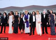 第74届威尼斯电影节开幕红毯举行 众女星齐争艳