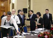 李克强会见这些国家领导人时,桌上为何放个表?