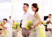新娘安以轩手拿黄花微笑迎宾 听丈夫致词眼眶泛泪