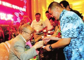 唐杰忠2009年设宴收7位新徒 姜昆到场