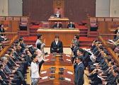 李显龙解除党鞭是利是弊?
