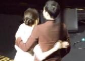 2016-12-31 担任颁奖嘉宾 台下牵手拥抱