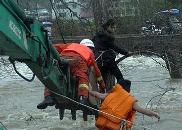 赣州会昌河水暴涨一女子被困 消防赤膊托举营救