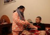 瑞昌三姐妹出嫁不离家 19人共住一房照顾瘫痪哥哥