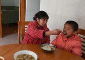 """江西""""最美妈妈""""22年代养了80余名孤残儿童"""
