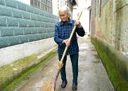 上饶广丰同村两位老太太 义务扫街数十年