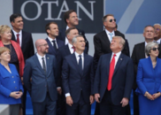 """北约峰会也现""""神照片"""" 特朗普到底在看啥?"""