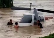 成都暴雨积水严重,众人合力捞飞机