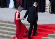 为何特朗普喜欢紧紧抓住梅姨的手?原因让默克尔愤怒