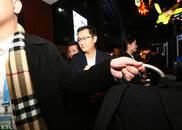 世界互联网大会:马化腾深夜现身乌镇景区 被热情游客拍到直摇手