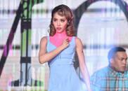 视频:蔡依林高开叉荧光粉裙唱跳,长腿群演也抢镜