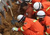 修水一工地发生塌方 消防官兵用手刨土救人